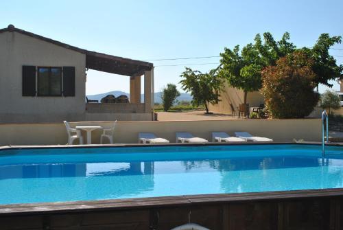 Gites Le Soleil Souriant : Guest accommodation near Banne