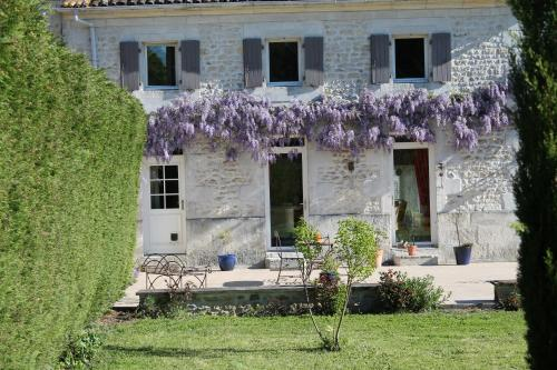 A L'Orée du Bois : Bed and Breakfast near Saint-Simon-de-Pellouaille