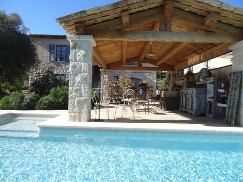 Les 4 éléments maison d'hôtes design : Bed and Breakfast near Cipières