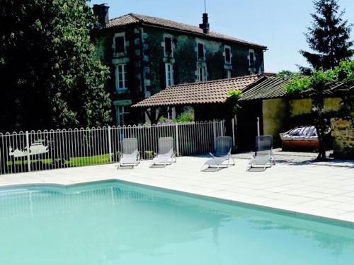 A l'Ombre Du Marronnier : Bed and Breakfast near Lussac