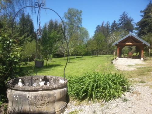 Gîte du château de Feschaux, Jura : Guest accommodation near Torpes