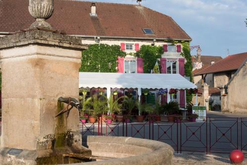 Logis Auberge de la Fontaine : Hotel near Vauxbons