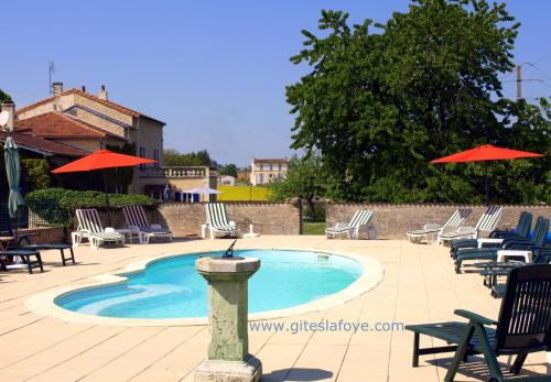 Le Manoir de La Foye : Guest accommodation near Bazauges