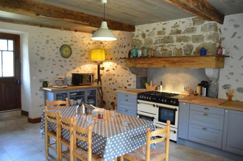 Gite Les Arrebourits 3 Clefs : Guest accommodation near Izaourt