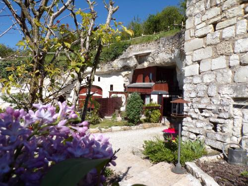 Les Troglos de Beaulieu : Bed and Breakfast near Saint-Flovier