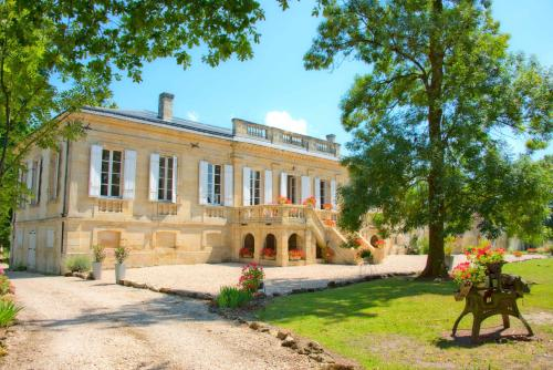 Chateau Bavolier : Bed and Breakfast near Saint-Yzan-de-Soudiac