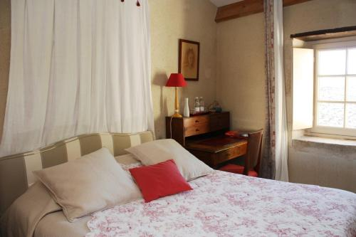 Chateau De Castelneau : Bed and Breakfast near Saint-Quentin-de-Baron