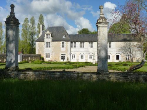 LOGIS du Château du Bois Doucet : Bed and Breakfast near Saint-Laurent-de-Jourdes