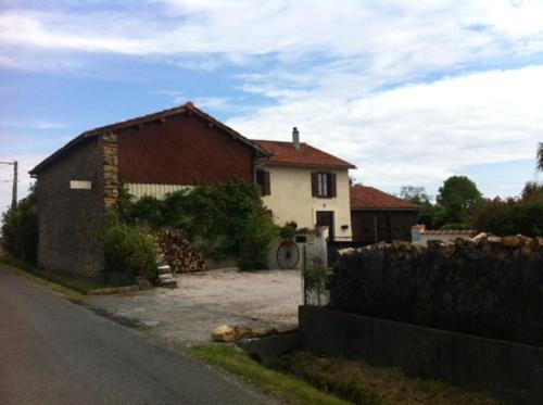 Les Glycines : Bed and Breakfast near Montbernard