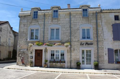 Le Patio Chambres et Tables d'Hôtes : Bed and Breakfast near Combiers