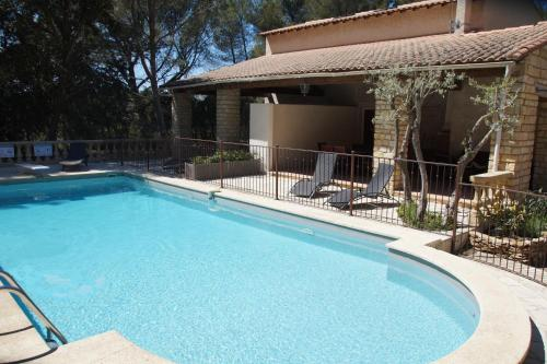 Le Domaine d'Alèzen : Guest accommodation near Miramas