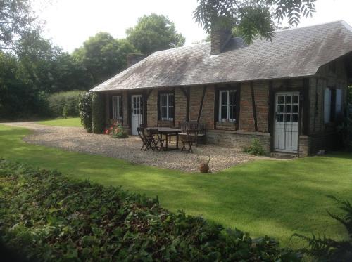 Charmante Petite Maison dans le Jardin : Guest accommodation near Saussay-la-Campagne