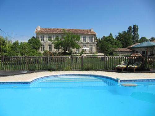 B&B Le petit chateau Servanches : Bed and Breakfast near Saint-Christophe-de-Double