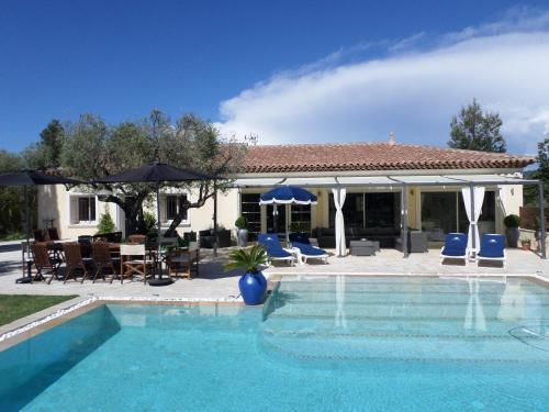 Villa avec piscine chauffée : Guest accommodation near Le Castellet
