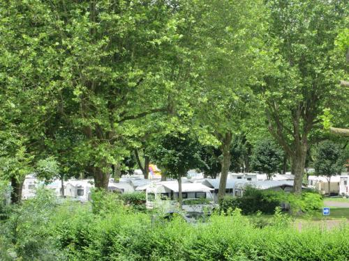 Camping Val de Boutonne : Guest accommodation near Poursay-Garnaud