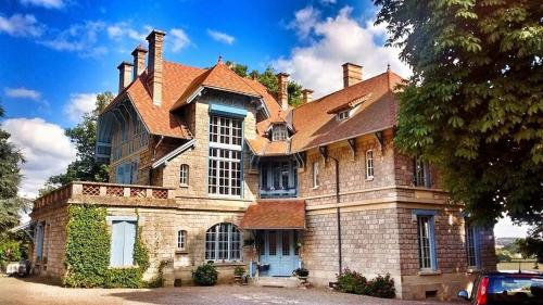 Chateau la Megene B&B : Bed and Breakfast near Gueugnon