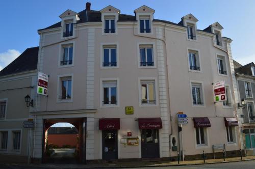 Logis Le Bretagne : Hotel near Saint-Ouen-de-Mimbré