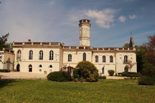 Chateau Castelrives : Guest accommodation near Gémil