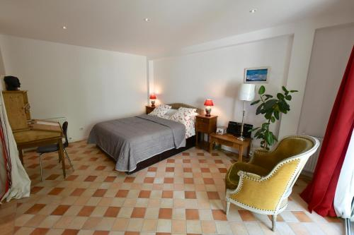 Le 3 Rue Grande : Bed and Breakfast near La Madeleine-sur-Loing