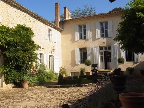 B&B Les Contreforts : Bed and Breakfast near Aillas