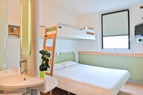 ibis budget Saint-Quentin Centre Gare : Hotel near Ly-Fontaine