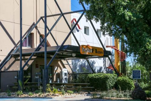 hotelF1 Le Luc le Cannet des Maures : Hotel near Le Cannet-des-Maures