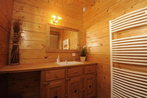 Les Chalets des PALETIERES : Guest accommodation near Tencin