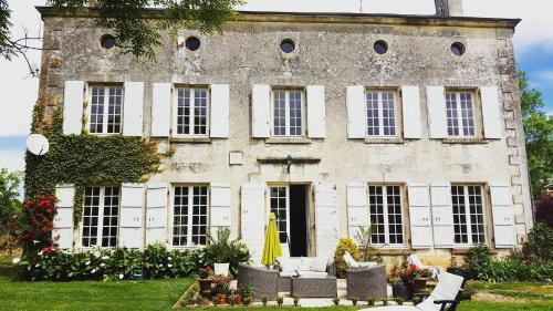 Chateau Des Granges : Bed and Breakfast near Saint-Jean-d'Angély