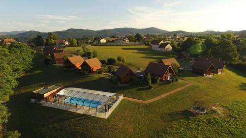 Team Holiday - Domaine des Monts du Mâconnais : Guest accommodation near Azolette