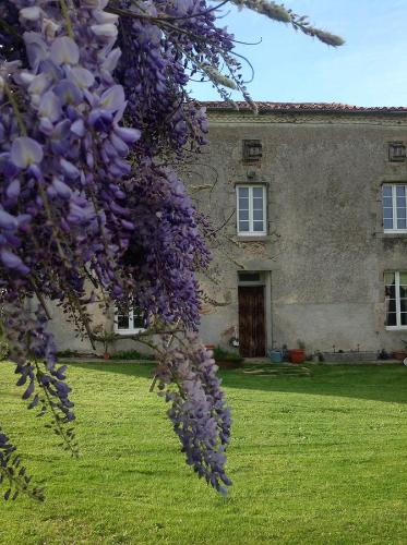 Wisteria House : Bed and Breakfast near Pougne-Hérisson