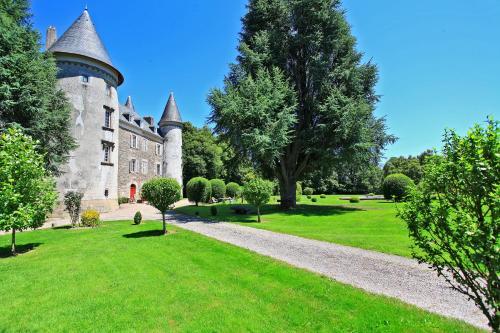 Hôtellerie de Plein Air Camping Leychoisier : Guest accommodation near Chaptelat
