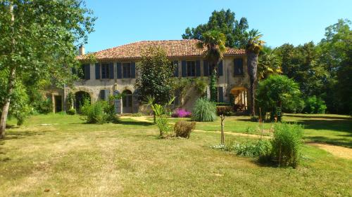 Maison Doat 1823 : Bed and Breakfast near Latrille