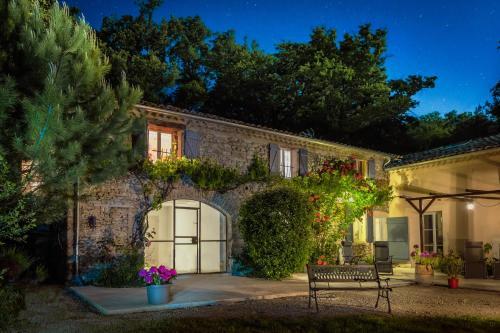 Les Beaux Chenes : Guest accommodation near Souspierre