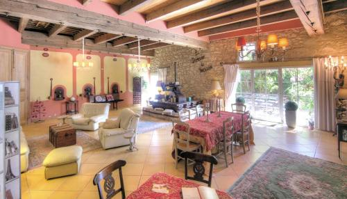 La Demeure du Pressoir-La Maison des Chats : Bed and Breakfast near Moussan