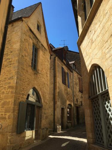 Maison de Charme dans la Cité : Guest accommodation near Saint-André-d'Allas