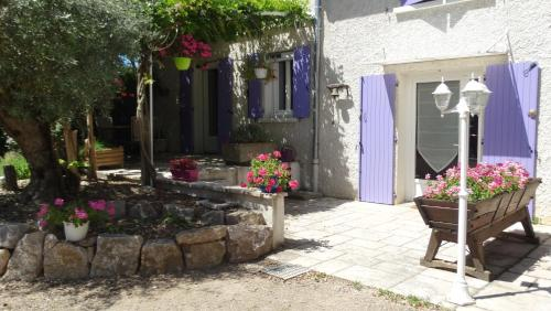 Les Glycines : Bed and Breakfast near Montseveroux