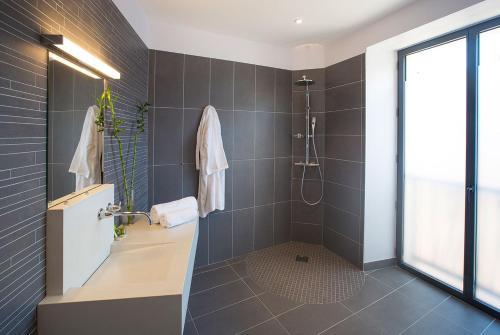Les Fleurines Appart'hotel : Apartment near Savignac