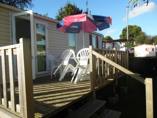 Calvados Normandy Holiday Lodge : Guest accommodation near La Barre-de-Semilly