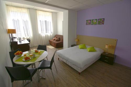 Appart'Hôtel Mâcon Le Cours Moreau : Guest accommodation near La Salle
