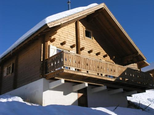 Chalet La Joue du Loup : Guest accommodation near La Cluse