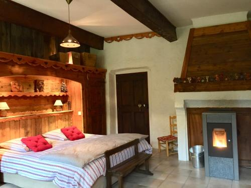 Les Means : Bed and Breakfast near Montclar