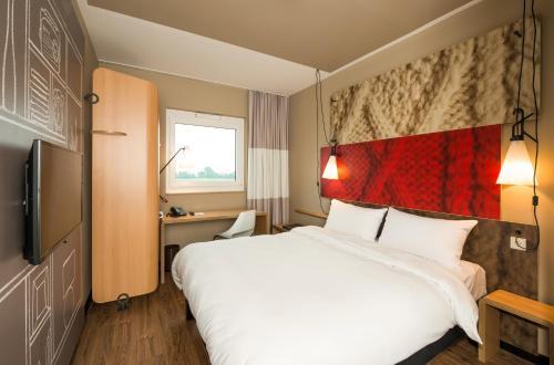 Ibis Cambrai : Hotel near Estourmel