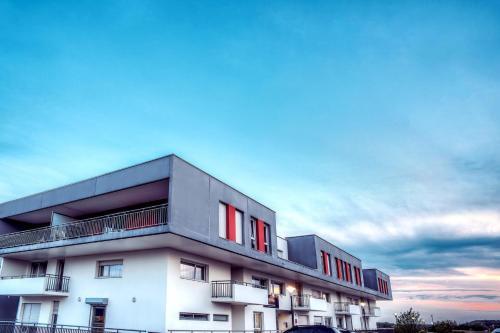 Zenitude Hôtel-Résidences Les Hauts Du Chazal : Guest accommodation near Champvans-les-Moulins