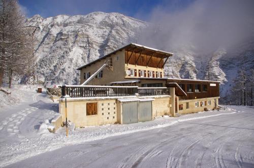 Gite d'étape le Belvédère de Sainte-Anne : Hotel near Meyronnes