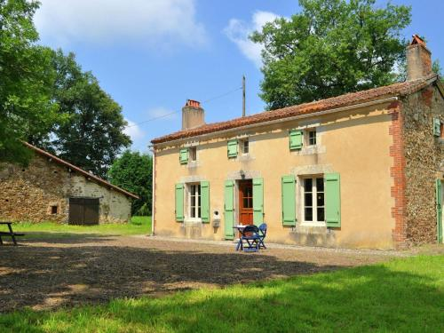 Près De L Etang Du Sérail : Guest accommodation near Oradour-Fanais