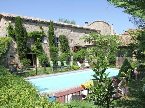 Chez L Antiquaire : Guest accommodation near Saint-Césaire-de-Gauzignan