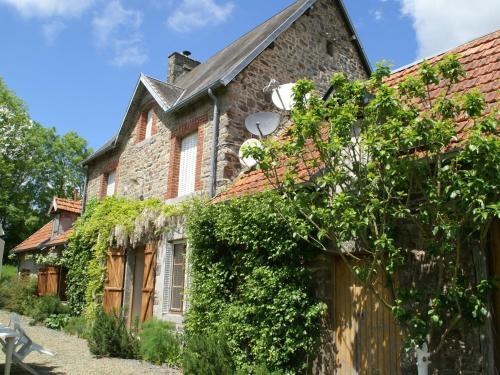 Maison De Vacances - Sourdeval-Les-Bois 2 : Guest accommodation near Saint-Denis-le-Gast