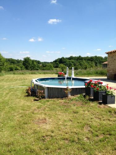 Le Thou : Guest accommodation near Allonne