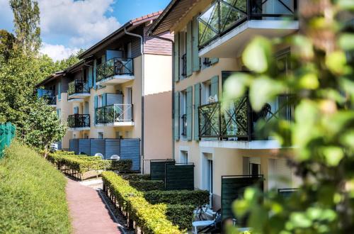 Zenitude Hôtel-Résidences L'Orée du Parc : Guest accommodation near Grilly