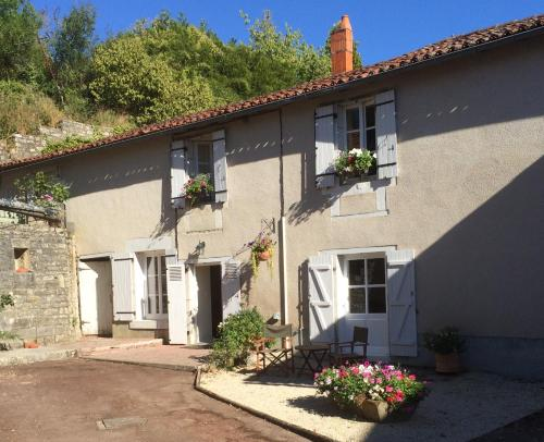 La Petite Maison de Tailleur de Pierre : Bed and Breakfast near Charroux